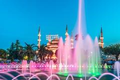 Fotografia lunga di esposizione alla moschea di Sultanahmet con la fontana nella priorità alta Immagine Stock