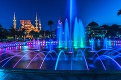 Fotografia lunga di esposizione alla moschea di Sultanahmet con la fontana nella priorità alta Immagine Stock Libera da Diritti