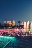 Fotografia lunga di esposizione alla moschea di Sultanahmet con la fontana nella priorità alta Fotografia Stock