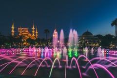 Fotografia lunga di esposizione alla moschea di Sultanahmet con la fontana nella priorità alta Immagini Stock Libere da Diritti