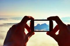 A fotografia móvel do telefone esperto de montanhas rochosas ensolaradas ajardina Imagens de Stock