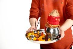 Fotografia mężczyzna ręka trzyma pooja thali dla navratri festiwalu fotografia royalty free