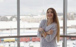 Fotografia młoda piękna szczęśliwa uśmiechnięta kobieta z długie włosy blisko okno Zdjęcie Royalty Free