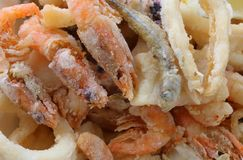Fotografia macro de peixes e do marisco fritados no restaurante foto de stock