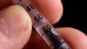 Fotografia macro de uma seringa com o líquido video estoque