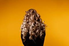 Fotografia model z długim kędzierzawym włosy zdjęcie royalty free