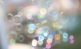 Fotografia mydlani bąble w światło słoneczne z pięknym bokeh, pastelowi kolory obrazy stock