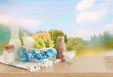 Fotografia nabia?y nad drewnianym sto?em Symbole ?ydowski wakacje - Shavuot zdjęcie royalty free