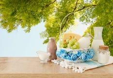 Fotografia nabia?y nad drewnianym sto?em Symbole ?ydowski wakacje - Shavuot zdjęcie stock