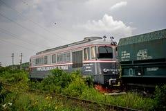 Fotografia nabierający Rumunia na Czerwcu 19, 2019 Ja fotografuje stara lokomotywa która niesie węgli drzewnych furgony fotografia royalty free