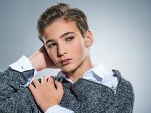Fotografia nastoletni przystojny facet pozuje przy studiiem fotografia royalty free