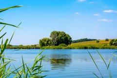 Fotografia natura wokoło pięknego błękitnego jeziora Zdjęcie Royalty Free
