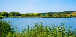 Fotografia natura wokoło pięknego błękitnego jeziora Zdjęcie Stock
