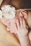 Fotografia nowonarodzony dziecko fryzował up spać na koc Zdjęcia Stock