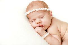 Fotografia nowonarodzony dziecko fryzował up spać na koc Obraz Royalty Free