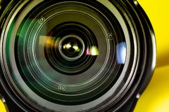 Fotografia obiektywu apertura na żółtym tle Fotografia wzroku pojęcie obraz royalty free