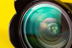 Fotografia obiektywu apertura na żółtym tle Fotografia wzroku pojęcie obraz stock