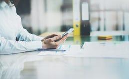 Fotografia obrachunkowy kierownik pracuje nowego początkowego projekta nowożytnego biuro Współczesne smartphone mienia kobiety rę Zdjęcia Stock