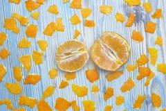 Fotografia od above obrany tangerine i wiele kawałki pomarańczowa łupa Dwa części obranego plasterka soczysty tangerine Fotografia Royalty Free