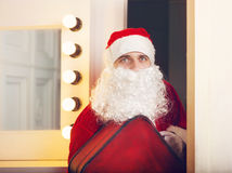 Fotografia patrzeje kamerę przychodzi drzwi Święty Mikołaj Obraz Royalty Free
