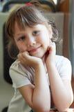 Fotografia piękna Europejska śliczna dziewczyna podróżuje na pociągu, trzyma wręcza blisko twarzy Zakończenie szczęśliwy dziecko  Obraz Stock