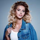 Fotografia piękna młoda blond dziewczyna z kędzierzawym włosy zdjęcia stock