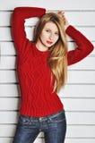 Fotografia piękna dziewczyna jest w moda stylu, splendor czerwony sweter Obrazy Royalty Free
