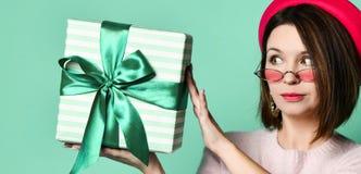 Fotografia pi?kna kobieta w odczuwanym kapeluszowym mienie tera?niejszo?ci prezenta pude?ku obraz royalty free