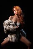 Fotografia plciowa piękna dziewczyna jest w moda stylu, bielizna, futerkowy żakiet Zdjęcia Royalty Free