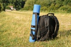 Fotografia plecaka pozycja w trawie Obraz Stock
