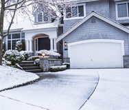 Śnieg na podjeździe prowadzi stwarzać ognisko domowe Obrazy Royalty Free