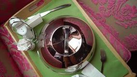 Fotografia porci kopuły pokrywa srebna filiżanka i herbata lub kawa zbiory wideo