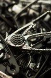 Fotografia preto e branco de uma pilha de quebras-nozes metálicas fotos de stock royalty free