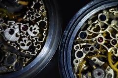 Fotografia preto e branco Horas de esqueleto Maquinismo de relojoaria antigo antigo, gravura da joia close-up mecânico do relógio foto de stock