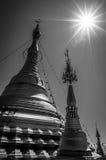Fotografia preto e branco surpreendente do stupa, do chedi e do pagode dourados no templo budista em Tailândia Imagem de Stock