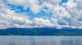 Fotografia przy jeziorem z widokiem góry i chmurny niebo zdjęcie stock