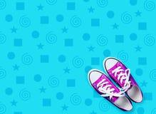 Fotografia purpurowi gumshoes na cudownym błękitnym tle obrazy royalty free
