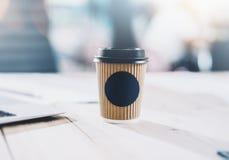 Fotografia pusta rzemiosło papieru filiżanka na drewnianym stole Przestrzeń dla ciebie reklamuje Horyzontalny mockup, zamazujący obrazy stock