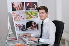 Fotografia redaktor używa laptop przy biurkiem Zdjęcie Royalty Free