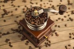 Fotografia rocznik kawowej fasoli ostrzarz na drewnianym tła tła widoku od above obraz stock