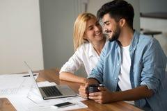 Fotografia rozochoceni kochający potomstwa dobiera się używać laptop obrazy royalty free