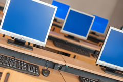 Fotografia rzędów komputery w sala lekcyjnej lub innym edukacyjnym institu obraz royalty free