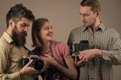 Fotografia salon przyjaźń Fasonuje fotografa z starą ekranową kamerą w ręce podczas gdy pracujący w studiu Rocznik ubierający Fotografia Royalty Free