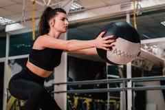 Fotografia sporty młoda kobieta w modnym sportswear Siła i motywacja obrazy royalty free