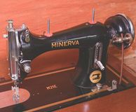 Fotografia starej rocznik ręki szwalna maszyna Selekcyjna ostrość Ponuractwa i mgiełki skutek Zdjęcia Stock