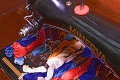 Fotografia starej rocznik ręki szwalna maszyna z hafciarskimi niciami floss Selekcyjna ostrość i HDR skutek Zdjęcie Royalty Free