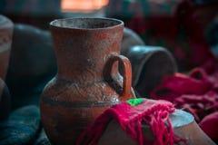 Fotografia stary antyczny ceramical gliniany dzbanek na wystawie zdjęcia royalty free
