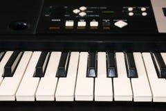 Fotografia stary używać syntetyk, elektroniczna muzykalna klawiatura Klawiatura lub pianino dla cyfrowego muzycznego nagrania, mu Zdjęcie Royalty Free
