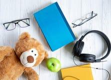 Fotografia sterta książki z niedźwiedziem, jabłkiem i miejscem dla inskrypcji na drewnianym tle, tylna koncepcji do szko?y zdjęcie stock