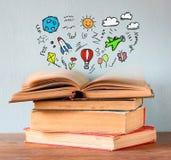 Fotografia sterta stare książki odgórna książka jest otwarta z setem infographics wyobraźni i edukaci pojęcie zdjęcie royalty free
